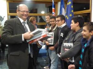 Distribution par M. le Député-Maire